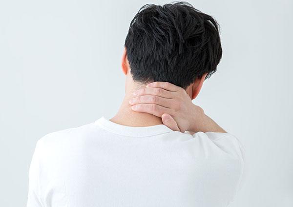 首に痛みがある男性