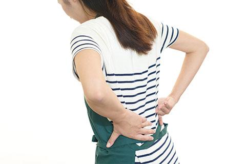 腰に痛みがある女性テキスト